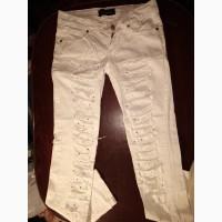 Белые рваные джинсы украшенные камнями сваровски
